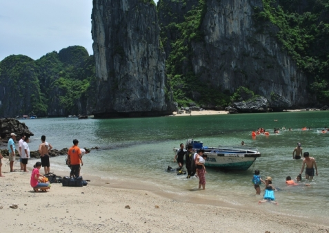 Go swimming in Lan Ha bay